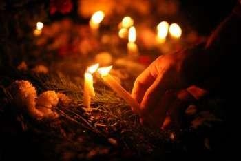 Tudod, mi a bánat, ülni egy csendes szobában, s, várni valakire Aki többé már soha nem jöhet… Szeretni valakit, Aki nagyon szeretett Téged... Könnyeket tagadni, mik szemedben égnek,Tiszta csillagos égboltra nézve Csillagba bújtatott angyalként ŐT keresve!  Sírodhoz vezet utunk, feledni téged sohasem tudunk.  Feledni téged sohasem lehet, mert TE magad voltál a jóság és a szeretet!   Elmentél tőlünk, mint a lenyugvó nap, de szívünkben élsz, és örökké ott maradsz!  ...