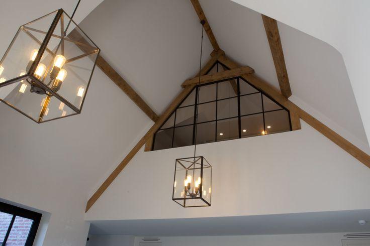 Wit interieur met stalen deuren en lampen