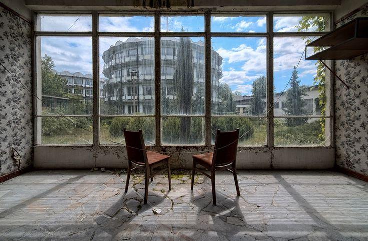Przemierzając Polskę, coraz częściej można się natknąć na opuszczone ośrodki wypoczynkowe, których lata świetności przypadały na czasy PRL-u. Kiedyś oblegane, a dziś puste i popadające w ruinę obiekty...
