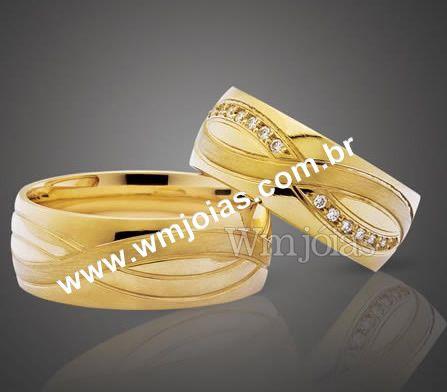 Aliança de noivado e casamento Aliança em ouro amarelo 18k 750 Modelo:Simbolo do infinito Peso:17 gramas o par Largura:7mm  Altura:1.2mm Pedras: 12 diamantes de 1 ponto  Anatômico baixo Acabamento liso e simbolo fosco