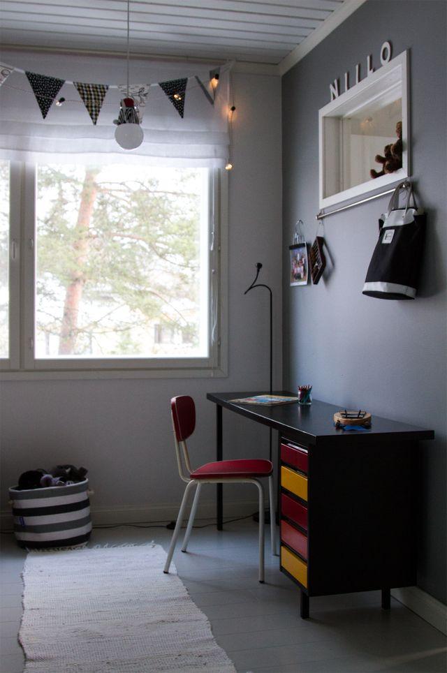 Lastenhuone, kirjoituspöytä. Kids room, desk.