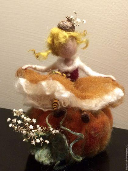Валяние Фея 'Тыквочка' в интернет-магазине на Ярмарке Мастеров. Маленькая фея сидит на тыкве. Вся композиция выполнена в осенних тонах: желтый, оранжевый, зеленый, красный и очень богата мелкими деталями. Ее шляпка из желудя и тыква украшены белыми сухими натуральными цветами. Платье сделано из шерсти и шелка. The little fairy sitting on a pumpkin. The whole composition is made in autumn colors: yellow, orange, green, red and it is very rich of the small details.