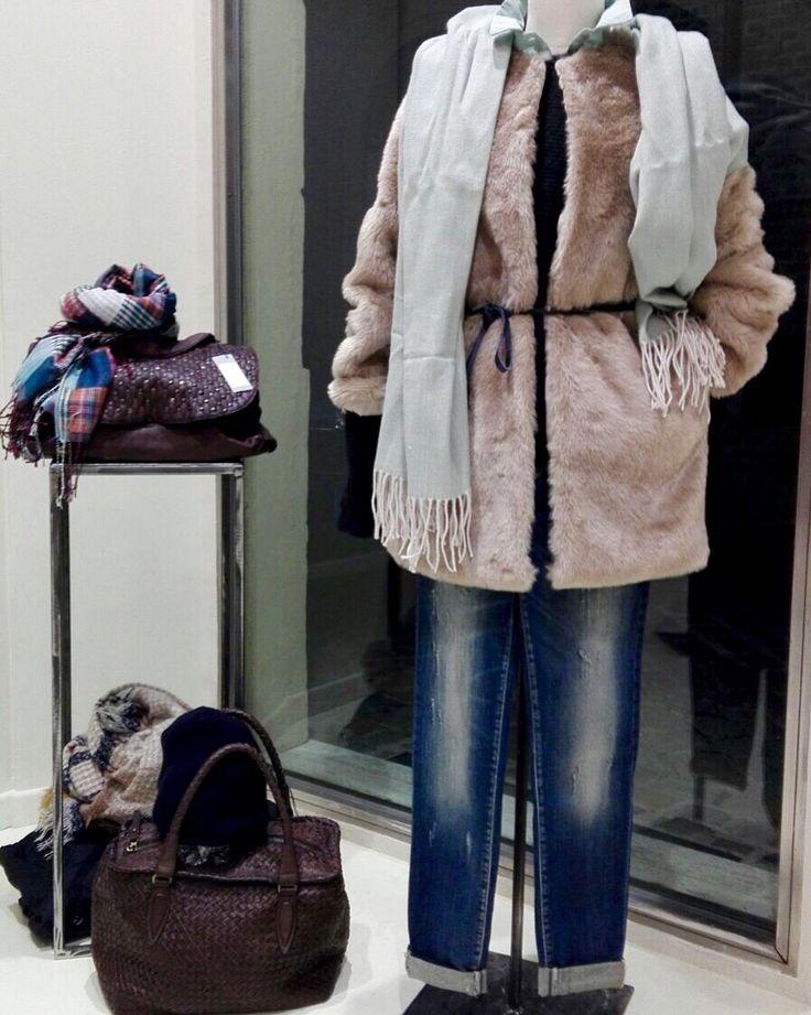 •Cappotto pelliccia •Jeans skinny  •Camicia verde •Maglia  •Borsa intrecciata •Stola •Cappellino