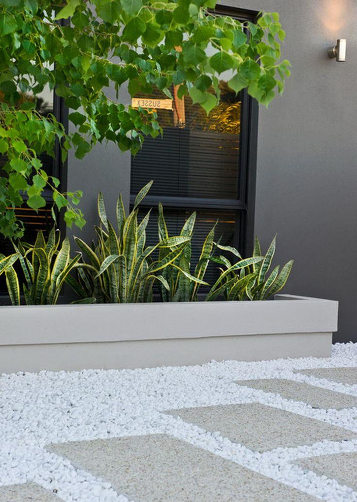 Jardín Contemporáneo, Patio con juego de piedras Blancas y huellas en color hueso./ Contemporary White Pebbles Garden Patio Design