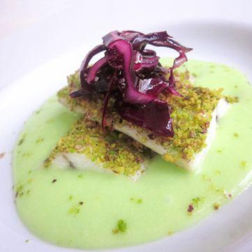 Ricetta proposta da Fresco Pesce elaborata e molto particolare: Filetto di spigola al pistacchio e cavolo rosso croccante!