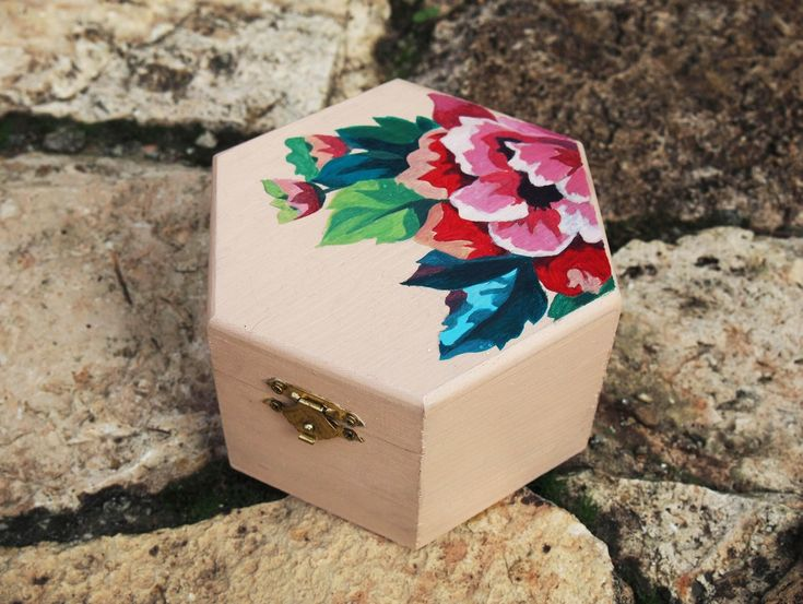 Hand painted wooden box with acrylics by Manuela Lendoyro #DIY #crafts
