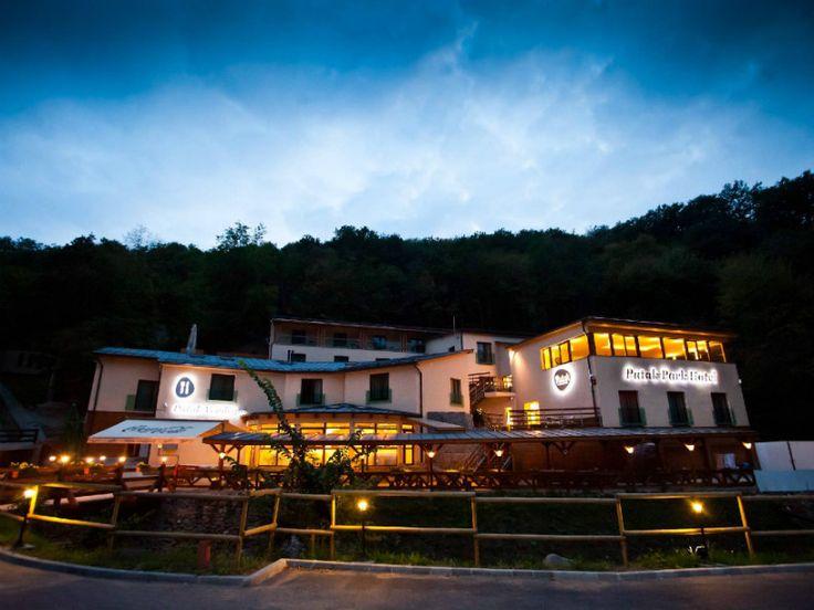 A Patak Park Hotel az Apátkúti patak partján fekszik Visegrádon, a Fellegvár felé vezető út mellett. A modern szálloda építésénél nagy figyelmet fordítottak a természetközeliségre, a szauna és a jakuzzi is erdei panorámával a szabad ég  alatt található, nem véletlen az erdei wellness elnevezés. A túrázás szerelmeseinek is tökéletes választás a Patak Park, tökéletes kiindulási pont ez hogy belevessük magunkat a Visegrádi-hegység rejtelmeibe.