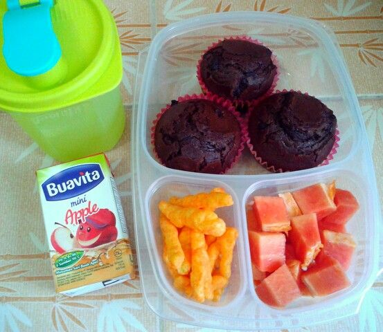 Attar's lunch box (01SEP15) : double choco chips muffins, Cheetos chips, papaya, apple juice and mineral water.  Have a nice Tuesday! Xxx
