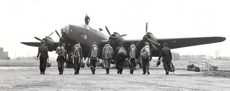 Les membres de l'équipage se rendent vers le bombardier Handley Page Halifax du Groupe no 6 de l'ARC en octobre 1944.Photo : Bibliothèque et Archives Canada et ministère de la Défense nationale, PL-3394.