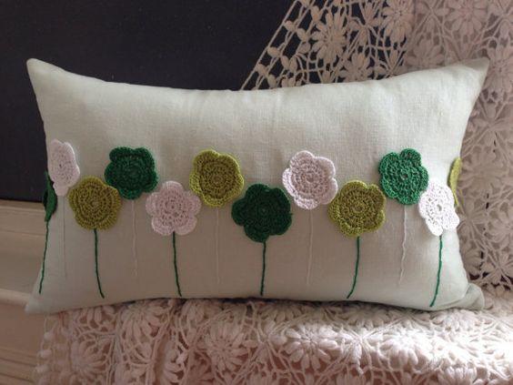 Artículos similares a Hecha a mano de ganchillo decorativo cojín, almohada en verde/blanco/pistacho en Etsy