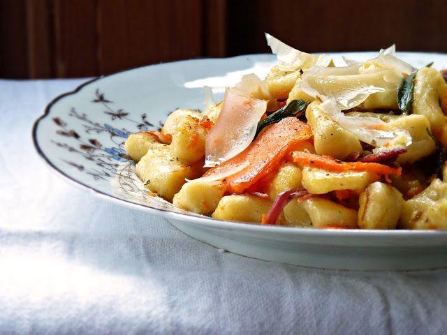 Ajánljuk: Gnocchi sütőtökkel és füstölt libacombbal, http://kertinfo.hu/gnocchi-sutotokkel-es-fustolt-libacombbal/, ezekben a témakörökben:  #gnocchi #hús #libacomb #sütőtök #zsálya, írta: Rakottkert Blog
