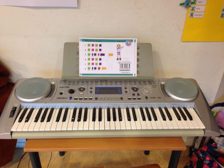 Keyboard hoek. Met z'n tweeën spelen. Op de toetsen zitten 2 x een octaaf met kleurtjes. Met muziek-kleurenkaarten kunnen ze eenvoudige liedjes lezen en spelen.