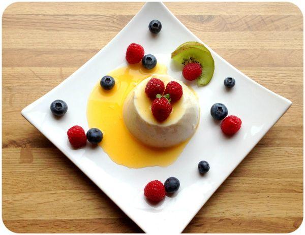 Oppskrift; sunn panna cotta med pasjonsfruktsaus. (Linda Stuhaug)