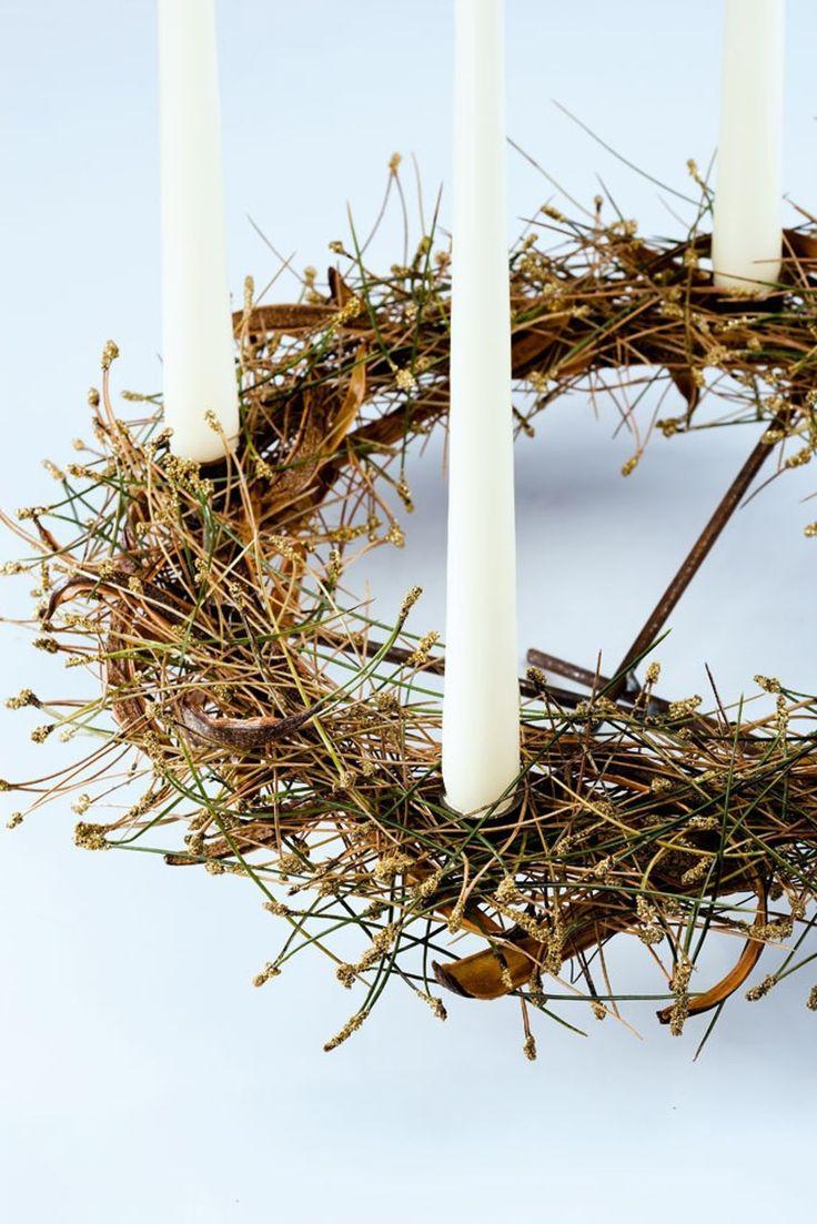 Gør adventskransen enkel men også elegant ved hjælp af flettede fyrretræsnåle og lidt guldstøv.