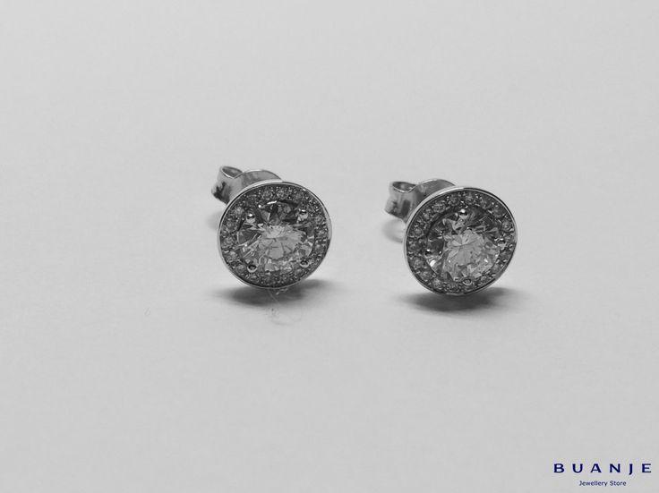 Классика, которая всегда будет актуальна: изысканное в своей благородной холодности белое золото и кристальной чистоты идеально круглой формы бриллианты в обрамлении мелких бриллиантов – идеальная пара серег-пусет для ежедневного ношения. . Воплощение лаконичности и стиля в интерпретации BUANJE. . Подробнее за информацией пишите в Whatsapp +7 926 362 1555. . . . . . .  #BUANJE #БУАНЖ #ANNABURKOVA #любовь #серьгисбриллиантами #москва #спб #золотыесерьги #серьги #необычныесерьги…
