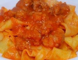 pappardelle con ragù di salsiccia di www.iopreparo.com  sono un primo piatto succulento. Il successo dipende dal tipo di salsiccia prescelto in base al proprio gusto.