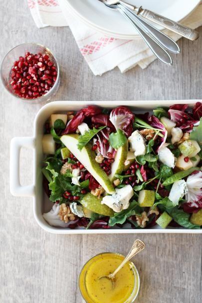 Moderni salaatti joulusesonkiin valmistuu helposti granaattiomenansiemenistä, päärynästä, sinihomejuustosta ja värikkäistä salaateista.