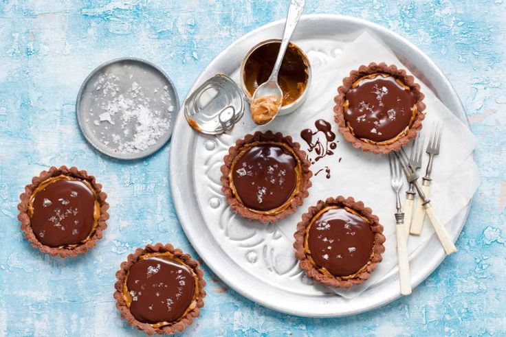 Karamel en zeezout zijn samen verrassend lekker - Recept - Chocoladetaartjes met karamel en zeezout - Allerhande