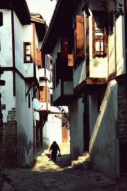 Koşarak geçtiğim yollar. #Türkiye #vintage #eski evler