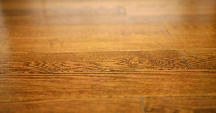 Guía para elegir colores de pared que combinen con un piso de roble rojo natural. Los pisos de roble rojo natural están disponibles en ricos tonos marrones oscuros, así como en tonos más claros con matices de rosa e incluso con tenues tonalidades que son una combinación de ocre y blanco apagado. Los colores cálidos llevarán la atención al piso creando un efecto monocromático, mientras que los tonos fríos compensarán el color ...