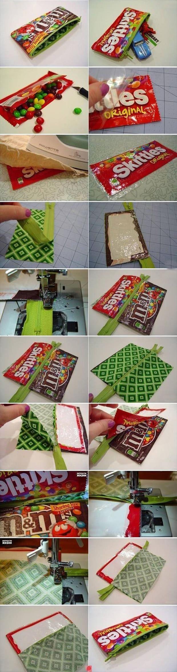 een pennenzak: wat heb je nodig? een leeg snoep zakje en tape. wat je doet eet je snoepjes op en pak je tape er bij beplak het snoepzakje met de tape. Zoek een paar pennen en je pennenzak is klaar