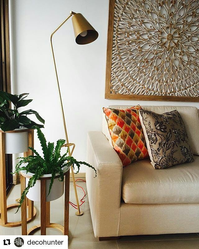 Las lámparas de pie son una excelente opción para tu sala. Lámpara: IO dorada// Cliente: @decohunter ・・・ #Repost @decohunter  #vidautil #somosluz #decohunter #greenery #plantas #sala #livingroom #Diseñointerior #decoración #iluminacion #lampara #mandala 📸MPS #diseñolocal #home #illumination #lighting #light #luz