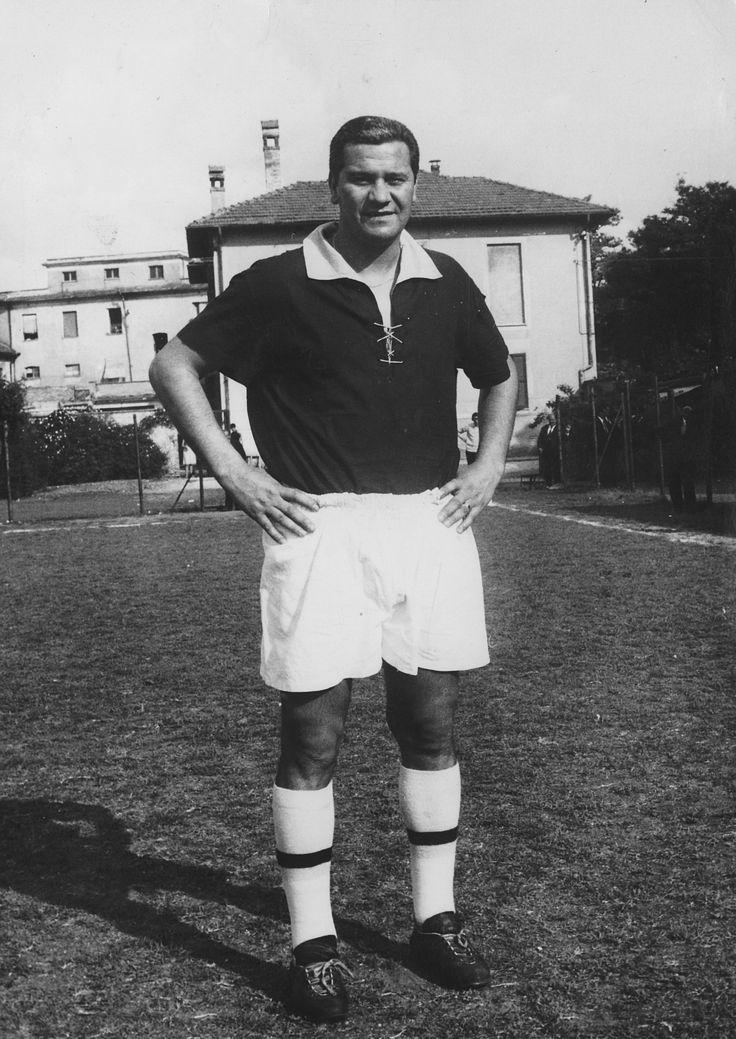 """Luigi Pennino calciatore del Rieti """"terzino"""" negli anni 50/60. Questa foto è degli anni 70 e oramai quarantenne è in campo per uno dei tanti Memorial tipo """"Vecchie glorie"""". (archivio fotografico privato)"""