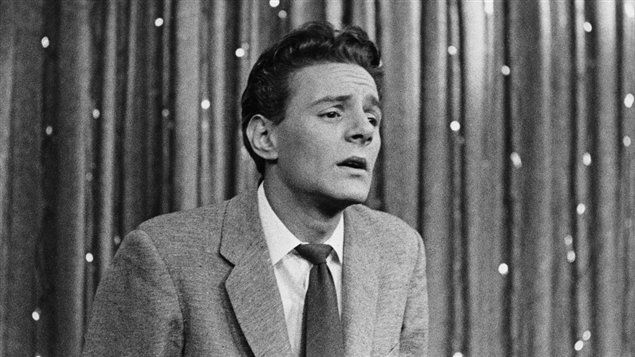 Claude Léveillée en 1957, à l'émission Music Hall /  Claude Léveillée cofonde, avec, entre autres, Clémence DesRochers, Jean-Pierre Ferland et Raymond Lévesque, le groupe Les Bozos et la boîte à chansons Chez Bozo en 1959. Un soir de cette année-là, la légendaire chanteuse française Édith Piaf se trouve dans la salle. Elle l'invite à faire partie de son groupe de compositeurs.