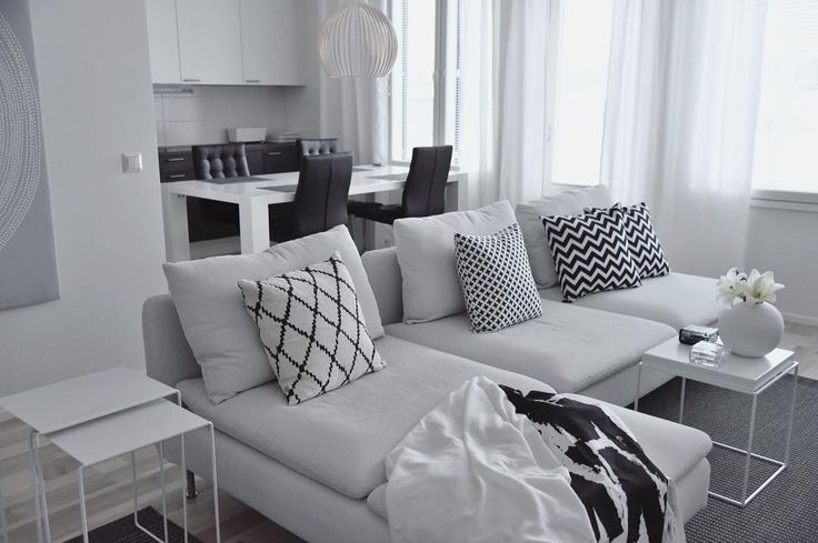 Tekstiilien geometriset kuviot tuovat ryhtiä mustavalkoiseen sisustukseen