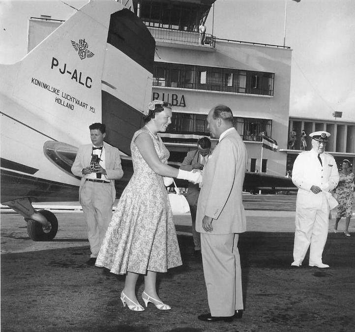 Royal visits to Aruba throughout history; arrival of Princess Beatrix, 1958, at Dakota airport.