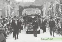 Bezoek kon. fam. Het koninklijk gezelschap begeeft zich in een treintje naar de kasteelterrein. Datering: 1991. Nummer: 0690-187