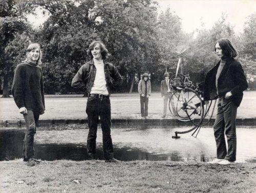 Leden van de Amsterdamse, band The Outsiders bij een vijver in een park. Geen plaats. Geen datum.