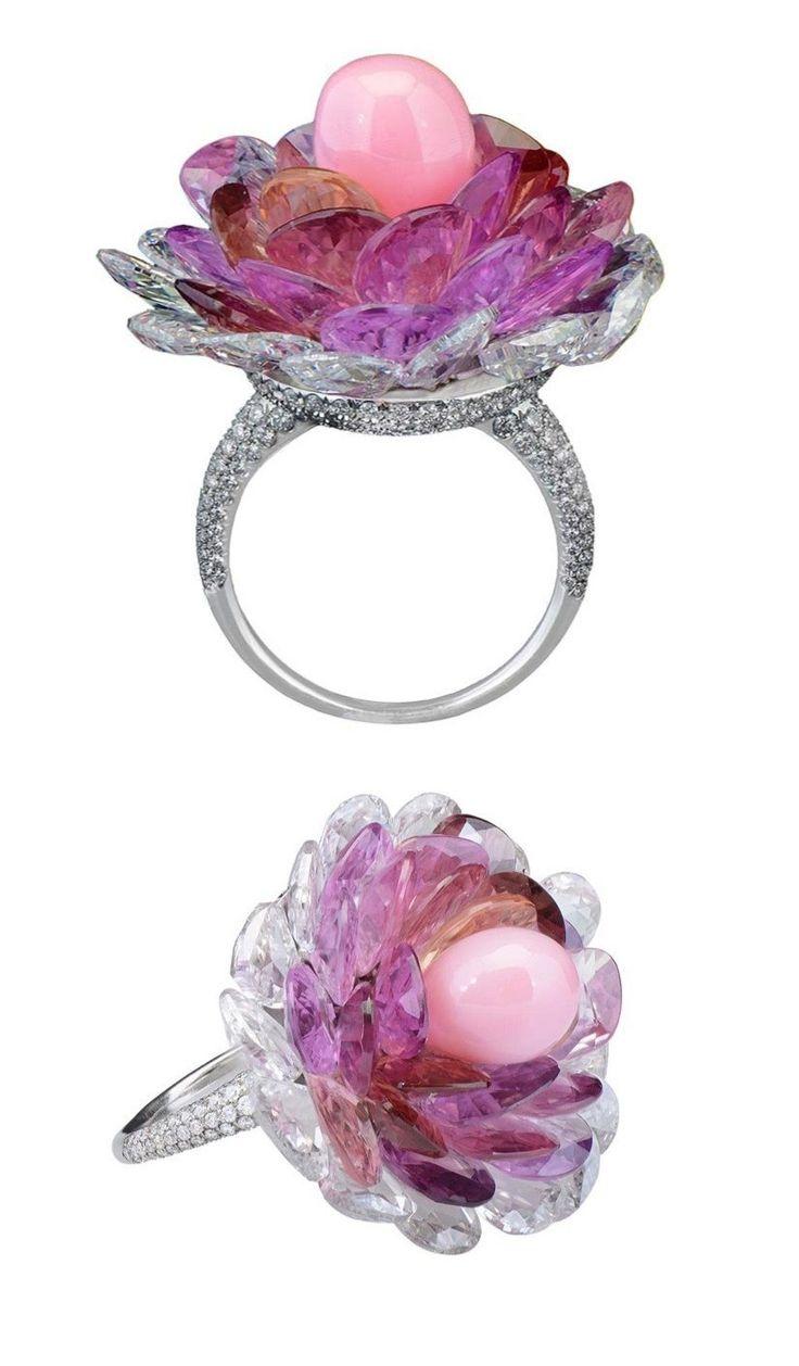 """Потрясающее кольцо от Morelle Davidson. Лепестки цветка - двигаются, как у живого цветка! Кольцо было создано дизайнером для своего нового бутика Mayfair в Лондоне. Названное в ювелирном мире, как """"цветочное чудо», кольцо имеет розовый жемчуг- в центре, окруженного розовыми сапфирами выстроенными, как лепестки цветка. При движении руки лепестки подрагивают словно живые, как у настоящего цветка. Шинка кольца и основание - платина с бриллиантами."""