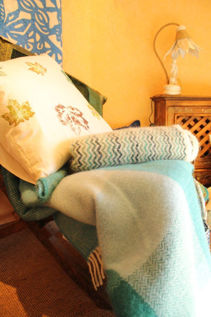 Vetrina dell'India House! Cuscini e coperte in lana.. Foto by Arianna Negri  #india #arredamento #elba #tessuti #cuscini