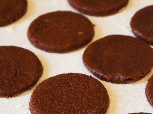 Шоколадное печенье. Шведская кухня http://feedproxy.google.com/~r/anymenu/hMaC/~3/OaFZPR9Au2g/  Это классическое печенье — всего один из семи видов, которые по шведской традиции должны подаваться к кофе. Всего из ингредиентов указанных ниже должно выйти 50-60 печений.