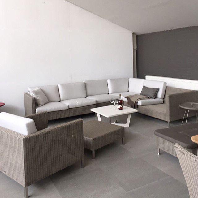 La nueva linea de muebles lounge Encore se ve increíble en el color taupe. Vista con Cane-line en Dinamarca  #Caneline #MueblesDeExterior #Verano #Primavera #Primavera2017 #Verano2017 #BeOriginalBuyOriginal #vacaciones