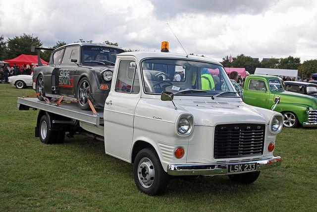 """1972 Форд Транзит 2.5 д Мк1 восстановления грузовик и 1968 Форд """"Англия"""" 105E гоночный автомобиль"""