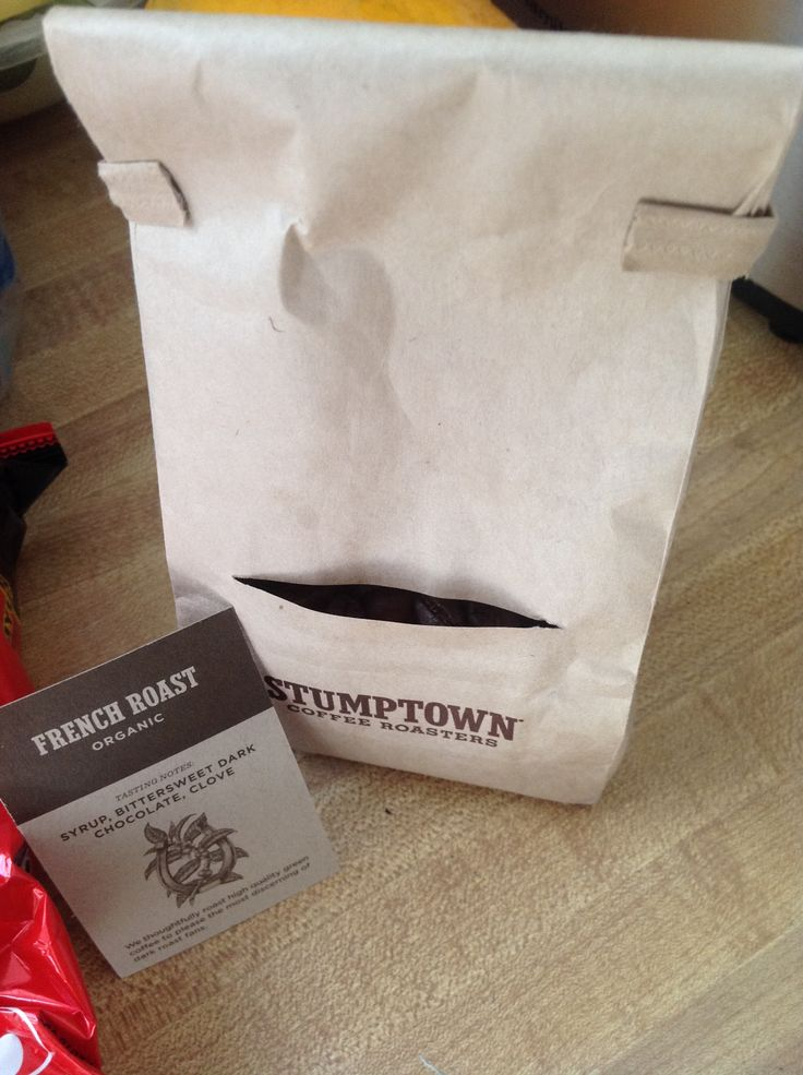This paper bag comes with a small pocket to insert a description card of the product. Removing the card, you can also have a peek of it's content.