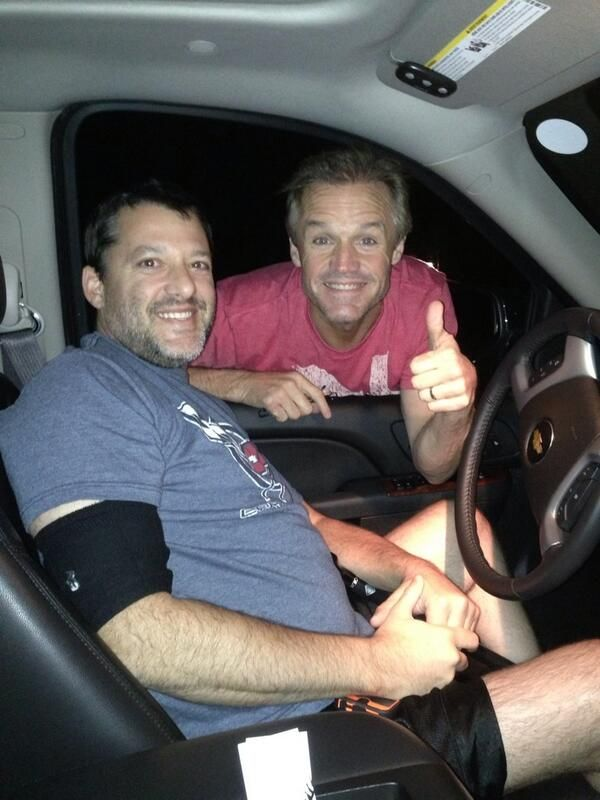 @Kenny_Wallace LOOK who rolled up to my house and Honked his horn? My friend Tony Stewart pic.twitter.com/tYjtLwQFMA