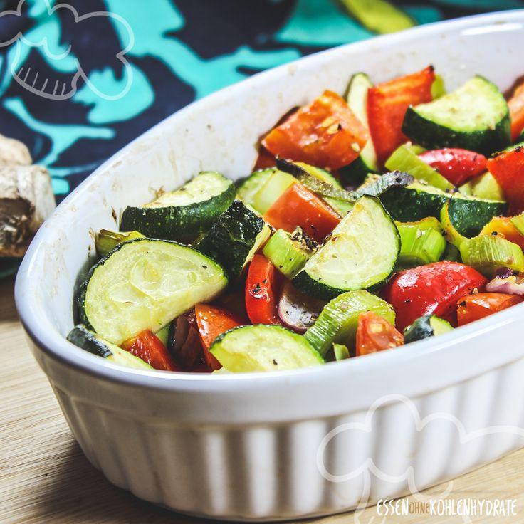 Gemüse satt! Richtig lecker und schnell gemacht ist der bunte Gemüseauflauf mit Ei. Der gesunde Auflauf eignet sich als Low Carb Mittag- oder Abendessen. Er ist gut vorzubereiten und schmeckt mit unterschiedlichen Gemüsesorten. Perfekt für die Resteverwertung.