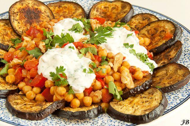 Carolines blog: Gegrilde aubergines met gekruide kikkererwten en walnootsaus