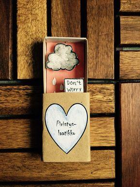 Isänpäiväkortti-ideoita etsiskellessäni tutustuin Kim Wellingin The Instant Comfort Relief-laatikoihin. Ajatus on varsin hauska: Lahjansaaja saa tuunattuna tulitikkurasian, jonka sisältä paljastuu …