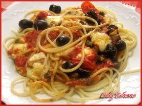 spaghetti Vesuvio con mozzarella, olive e pomodorini