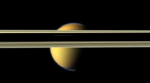 Deze beelden zijn gemaakt door de sonde Cassini van Nasa. Dit ruimtevaartuigje vliegt bij Saturnus en maakte prachtige opnamen van de maan Titan. Op de bovenste foto wordt de maan half aan het zicht onttrokken door de ringen van Saturnus, op de middelste zie je zonlicht op de maan, op de onderste