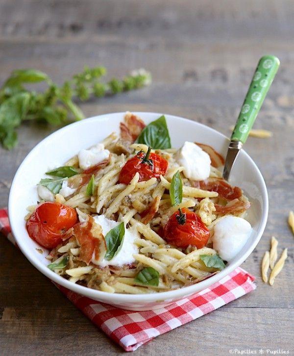Trofie au pesto d'aubergines, burrata, tomates cerise et chips de pancetta