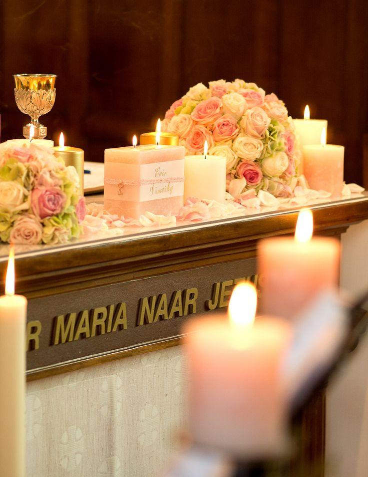 Ook het altaar bleef in de romantische goud - zacht roze tinten ...