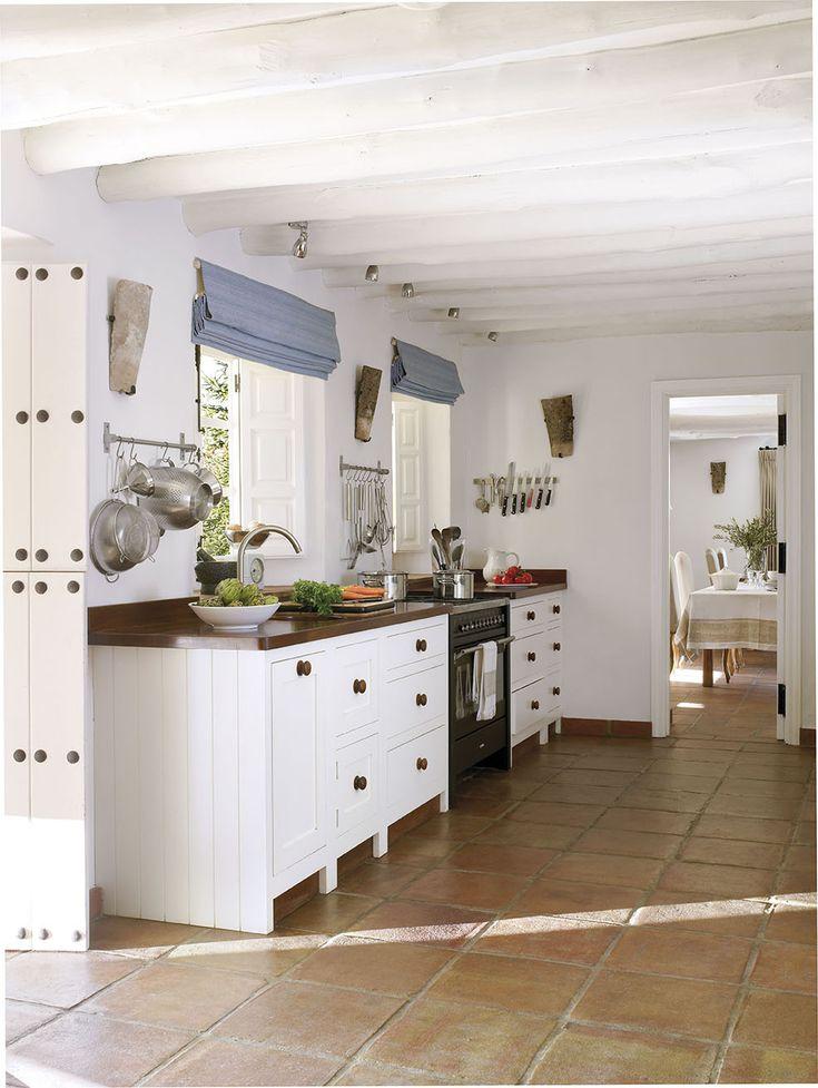 Cocina r stica en blanco con suelo de toba persianas enrollables azules y vigas vista 299909 11 - Cocinas rusticas en blanco ...