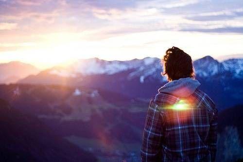 Есть люди-«закаты» илюди-«рассветы», Одни снегативом, другие с«приветом». Ноте, что с«приветом»— улыбчивы часто, Атечто «закаты», обычно несчастны.          Содними общаясь, тычувствуешь холод, Сдругими […]