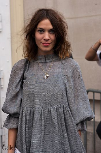 中世的なふんわり袖のトップスにカメオのネックレスを合わせて。グレーは、生地のドレープがきれいに映える色でもありますね。
