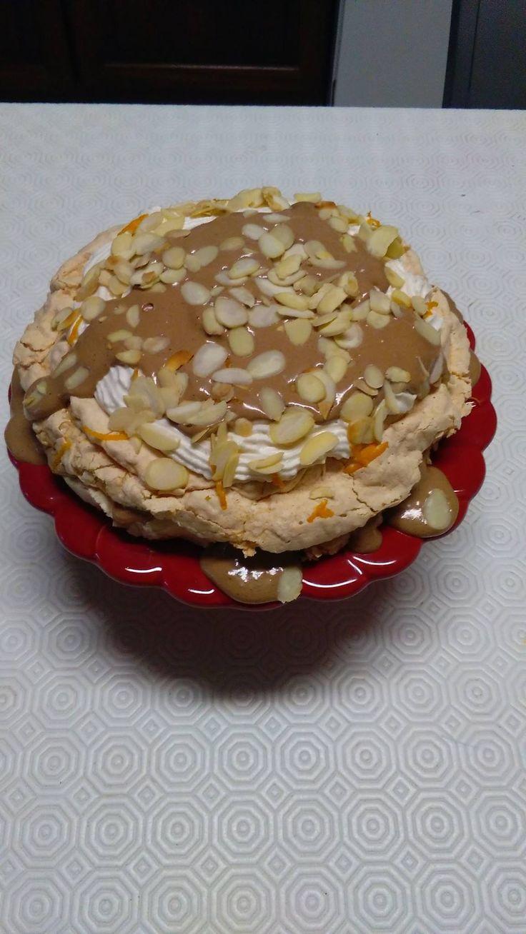 Bolo merengue com chantilly, mousse de chocolate, amêndoa laminada e raspa de laranja
